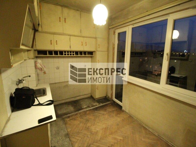 Продава, Необзаведен, за ремонт Тристаен апартамент, Сухата река